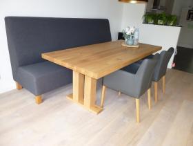 # Eettafel met opgedikt blad  en stoelen Capua en eetkamerbankje in stof Board Antraciet