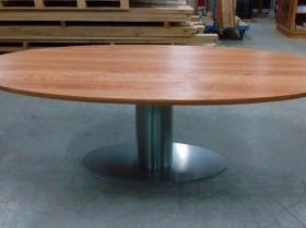 Ovale kersenhouten tafel met ovale rvs voet model Rovinj