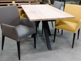Leren eetkamerstoelen met armleuningen en zwarte houten poten tafel Oliva rechthoek