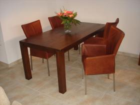 #  eiken bloktafel gedisseld blad in CBM 191 - stoelen met vierkante rvs poten in Bonanza Tan