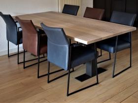 Eetkamerstoelen in Granada Blue en Cognac model Fier met tafel model Trier met zwarte poten